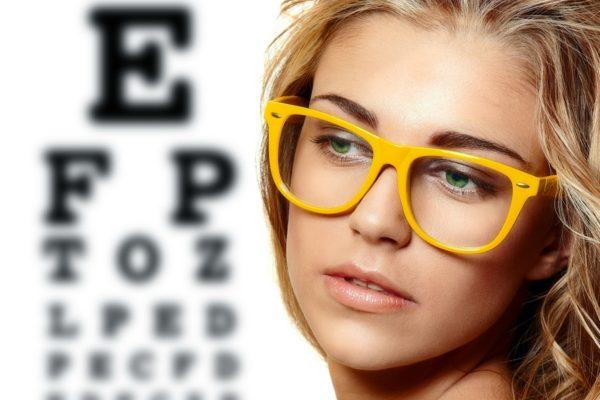 девушка в желтых очках