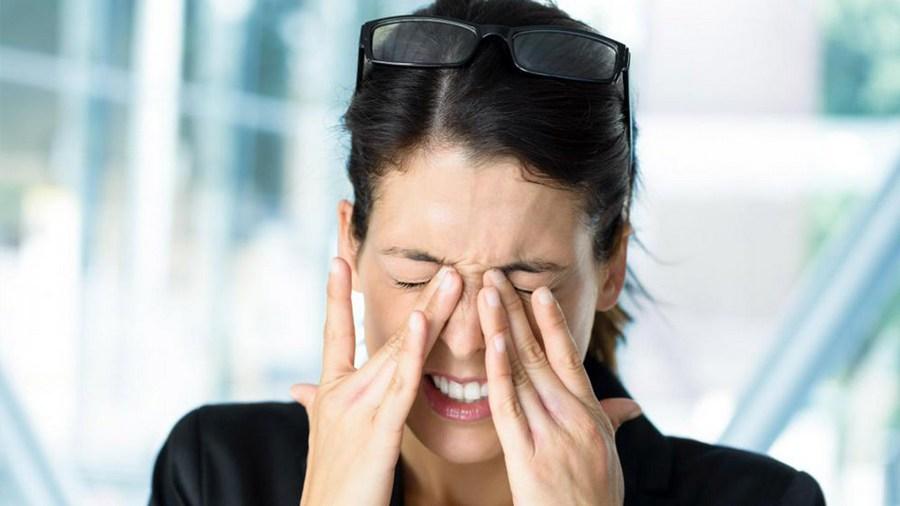 болят глаза
