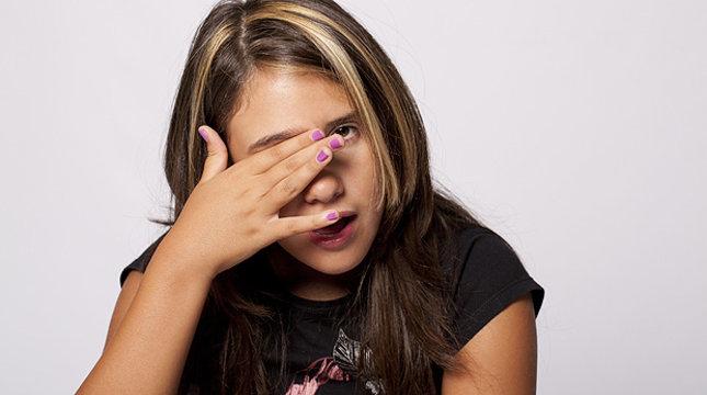 девушка трогает глаз