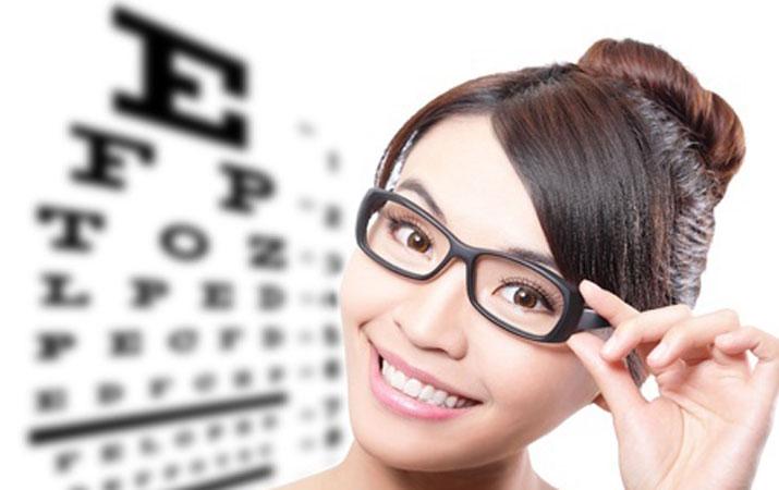 примерка очков у офтальмолога