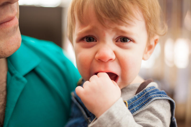 ребенок плачет