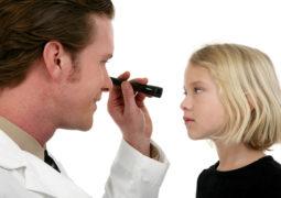 Почему появляются красные белки глаз