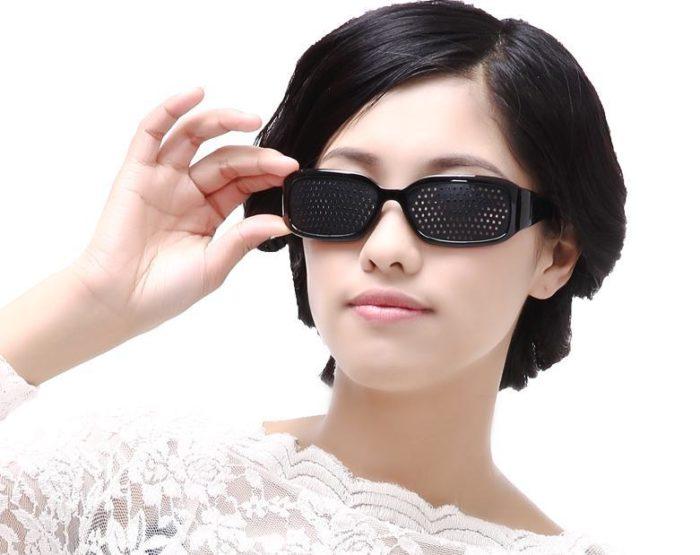 женщина в корректирующих очках
