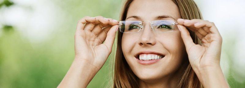 счастливая девушка в очках