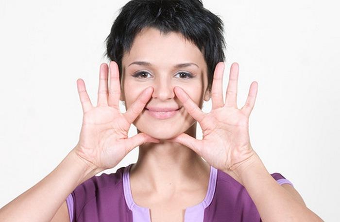 руки у лица