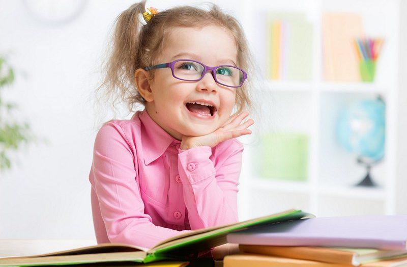 девочка за книгой
