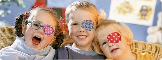 дети с закрытым глазом