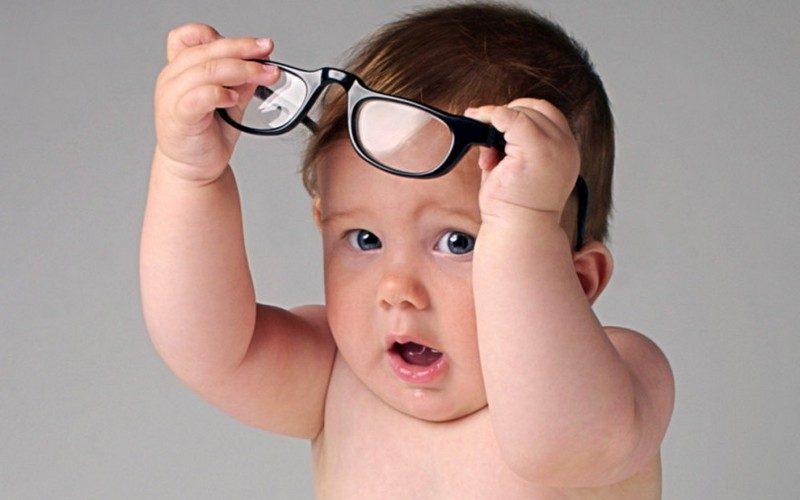 ребенок одевает очки