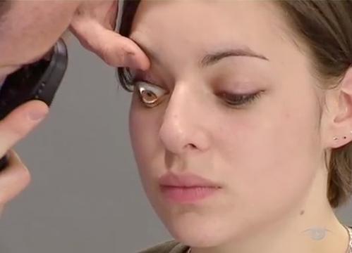 врач осматривает глаза